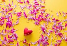 Forme rose et pourpre de pétale et de coeur de fleur Photos libres de droits