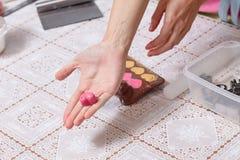 Forme rose prête de coeurs de bonbons au chocolat Photo libre de droits