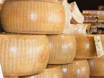 Forme rotonde di formaggio italiano di Reggiano del parmigiano da vendere Fotografie Stock Libere da Diritti