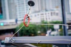"""Forme rouge de """"O """"d'outil de fixation pour le câble en acier accrochant de bride photos libres de droits"""
