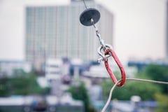 """Forme rouge de """"O """"d'outil de fixation pour le câble en acier accrochant de bride photo libre de droits"""