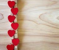 Forme rouge de cerf sur le fond en bois de jour de valentines Photo stock
