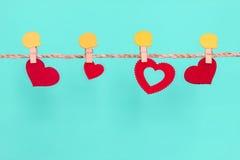 Forme rouge de coeur accrochant sur la corde pour la vallée douce de romance et d'amour Images stock