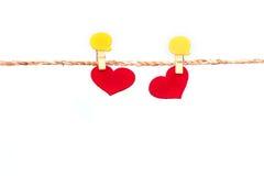 Forme rouge de coeur accrochant sur la corde pour la vallée douce de romance et d'amour Photographie stock