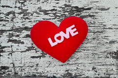 Forme rouge de coeur avec l'alphabet d'amour sur le fond en bois dans le vintage Photographie stock libre de droits