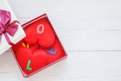Forme rouge de coeur avec le mot d'amour dans le boîte-cadeau avec le ruban sur le blanc Photographie stock