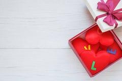 Forme rouge de coeur avec le mot d'amour dans le boîte-cadeau avec le ruban sur le blanc Image libre de droits