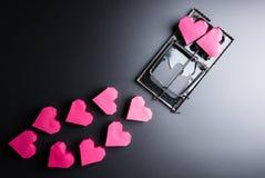 Forme rouge de coeur de boîte d'utilisation de souricière à clapet comme amorce sur les WI noirs de fond Images libres de droits
