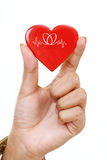 Forme rouge de coeur chez la main de la femme photo stock