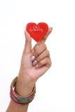 Forme rouge de coeur chez la main de la femme d'isolement photographie stock libre de droits