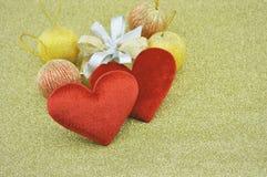 Forme rouge de coeur d'amour de tissu avec le boîte-cadeau sur le fond d'or, Lo Image stock