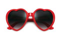 Forme rouge de coeur de lunettes de soleil d'isolement sur le plan rapproché blanc de fond Photographie stock libre de droits