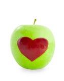 Forme rouge de coeur de pomme dans la pomme verte Photo stock