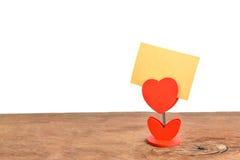 Forme rouge de coeur et note vide sur la vieille table en bois Image stock