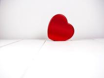 Forme rouge de coeur sur en bois blanc Images libres de droits