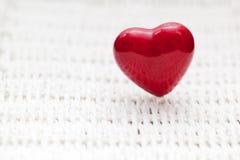 Forme rouge de coeur sur l'osier Rétro, rustique Photo stock