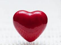 Forme rouge de coeur sur l'osier. Symbole de l'amour Image libre de droits