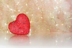 Forme rouge de coeur sur le fond clair abstrait de scintillement Photos stock