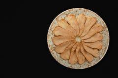 Forme saumonée de fleur de gril de sashimi de plat de cercle sur le bon fond noir Image stock