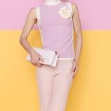 Forme a senhora na roupa glamoroso do verão com accessori à moda imagens de stock royalty free
