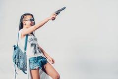Forme a swag la muchacha atractiva que detiene a la mujer del arma que tiene Fotos de archivo libres de regalías