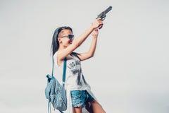 Forme a swag la muchacha atractiva que detiene a la mujer del arma que tiene Imagen de archivo