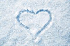 Forme tirée par la main de coeur dans la neige fraîche Photo libre de droits