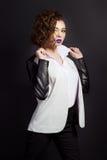 Forme a tiro do meninas 'sexy' bonitas novas no estúdio em um fundo preto com composição brilhante e batom roxo Imagem de Stock