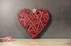 Forme tissée de coeur colorée par rouge image libre de droits