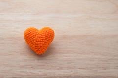 Forme tricotée de coeur de tissus sur le fond en bois, Saint Valentin Images libres de droits