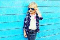 Forme a vestir à moda da criança óculos de sol e a camisa quadriculado fotografia de stock royalty free