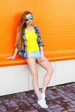 Forme a vestir bonito da menina óculos de sol na cidade foto de stock royalty free