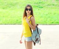 Forme a vestir consideravelmente fresco da menina óculos de sol e trouxa Imagem de Stock
