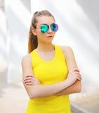 Forme a vestir da moça do retrato óculos de sol e t-shirt imagem de stock royalty free