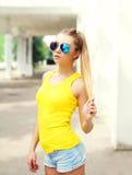 Forme a vestir da moça do retrato óculos de sol e t-shirt fotos de stock royalty free