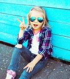 Forme a vestir fresco da criança os óculos de sol e a camisa quadriculado s imagens de stock