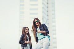 Forme vestir novo da filha da mãe e da criança óculos de sol imagem de stock