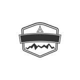 Forme vide d'insigne de vecteur avec des montagnes Bon pour de rétros labels d'aventure, logos Conception d'insignes de silhouett illustration de vecteur