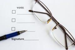 Forme votando e assinando perto da pena, vidros fotografia de stock