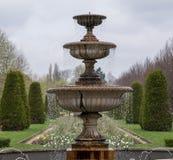 Formeel bloem arrangementFormal bloemstuk met waterfontein in voorgrond bij het Park van de Regent` s Parkat Regent ` s, Londen,  royalty-vrije stock fotografie
