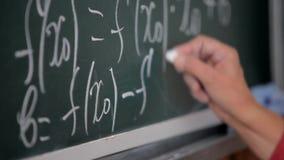 Formel geschrieben auf Tafel mit Kreide stock footage