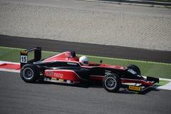 Formel 4 som är drivande vid Mahaveer Raghunathan på Monza Arkivbild