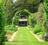 Formele tuin met bogen Royalty-vrije Stock Foto's