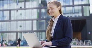 Formele vrouw met laptop op straat stock footage