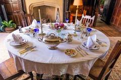 Formell äta middag tabell, Baddesley Clinton Manor House, Warwickshire Royaltyfri Bild