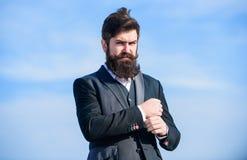Formell dr?kt f?r man som justerar omslaget Formell menswear f?r manligt mode Modetrend Den grabbskägget och mustaschen bär forme royaltyfri fotografi