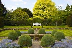 Formell engelskaträdgård. Arkivfoto