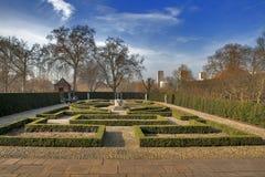 Formell trädgård för drottning` s: 17th placerad bak för århundradestil trädgård/baktill av det holländska huset/Kew slotten UK arkivbild