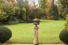Formell trädgård för höst Arkivfoton