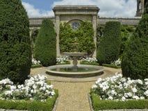 Formell trädgård med springbrunnen Arkivfoton